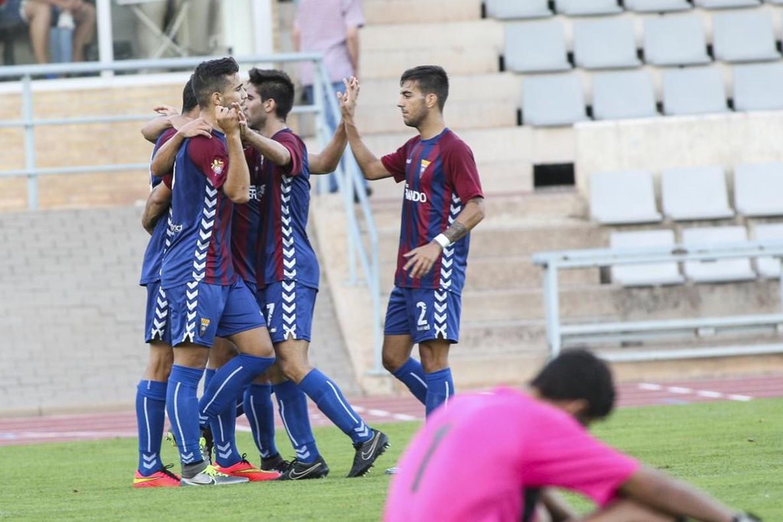 Los jugadores del Gavà celebrando la victoria por 5 goles a 1 contra el Figueres que les da el billete para acceder a los cuartos de final de la Copa Catalunya.