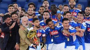 Gennaro Gattuso y Aurelio De Laurentiis celebran la conquista de la Copa de Italia con su Nápoles.