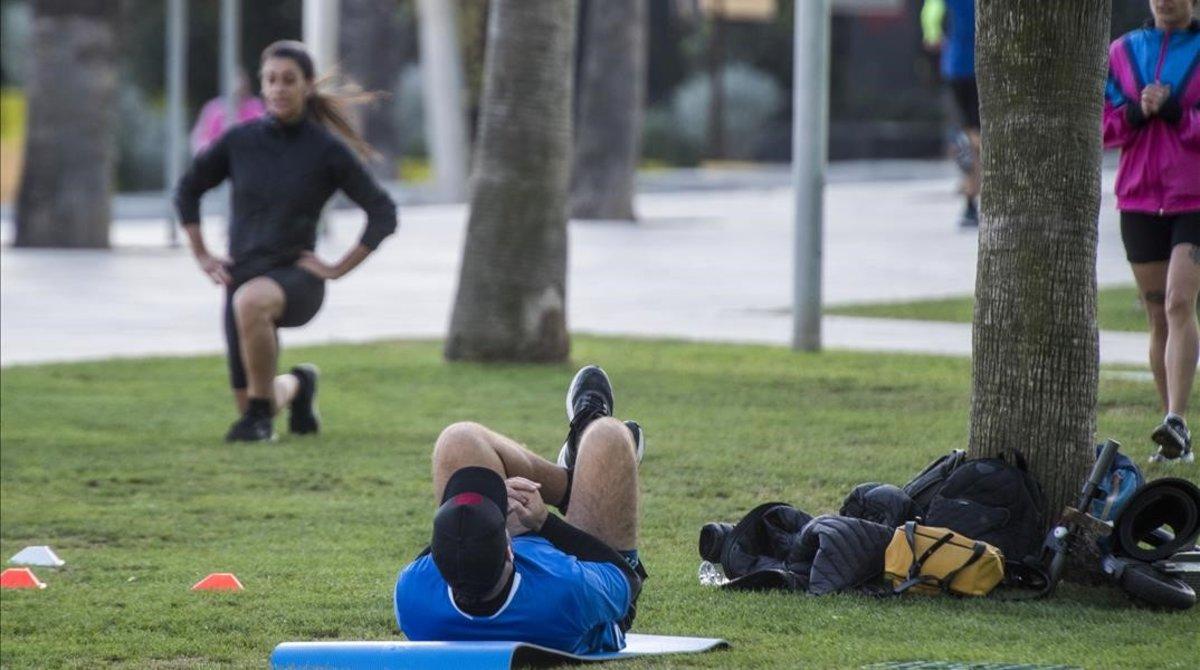 Gente haciendo deporte en la Barceloneta.