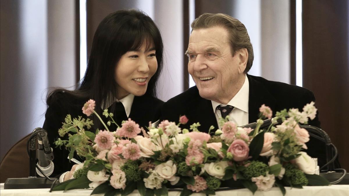 El excanciller alemánGerhard Schroeder con su comprometidaKim So-yeon, en Seúl.