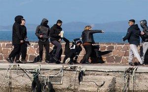 Actos violentos en desembarco de inmigrantes en Grecia.