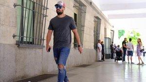 El guardia civil Antonio Manuel Guerrero, a la salida del juzgado de Sevilla, este viernes.