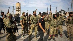 Combatientes sirios en la ciudad de Ayn al-Arus, al sur de la ciudad fronteriza deTal Abyad.