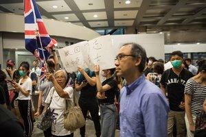 Manifestantes ocupan el vestíbulo de la Torre Revenue en Hong Kong.