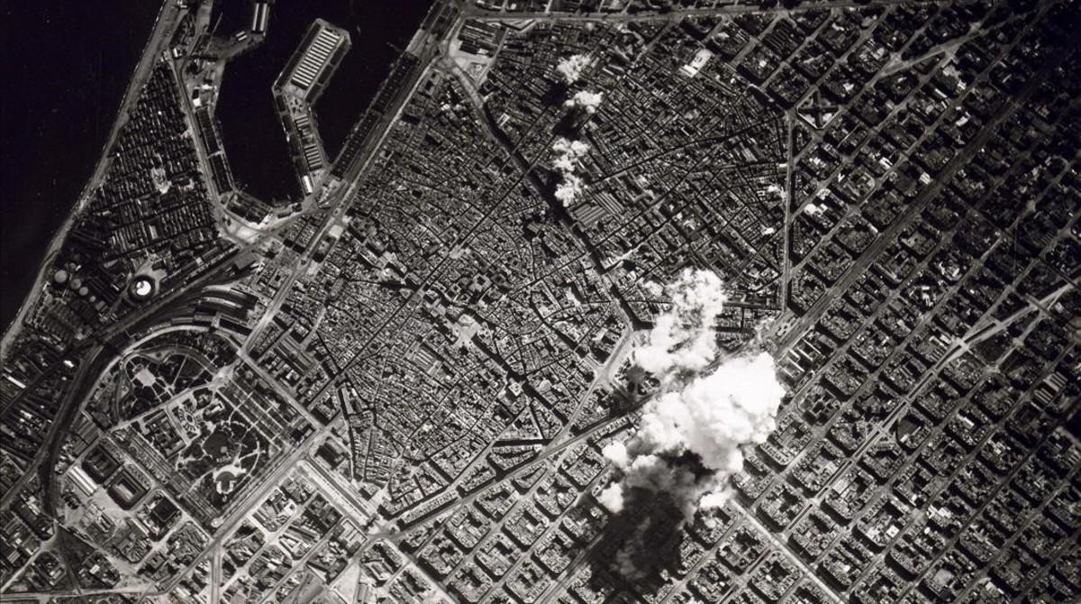 Barcelona, bombardeada por el Ejército de Franco en marzo de 1938.