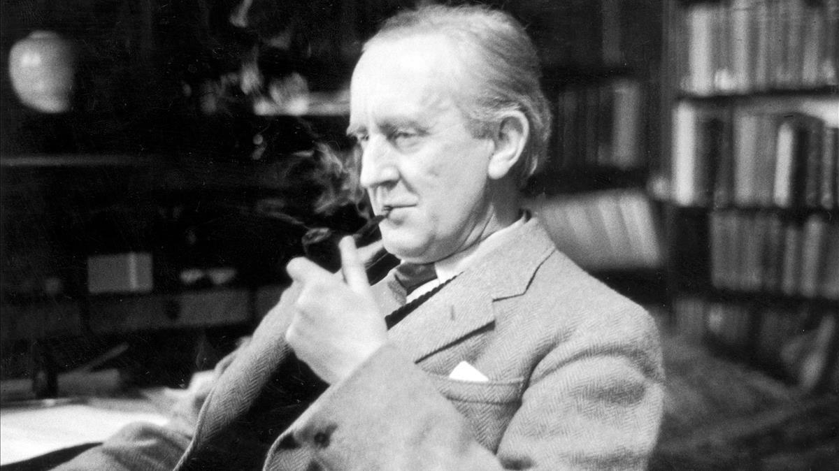 El escritor J.R.R. Tolkien (1892-1973), autor de El señor de los anillos, en una foto en su despacho de Oxford, en 1956.