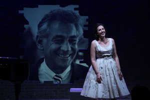 La soprano Joana Estebanell juntoa una imagen de Bernstein.