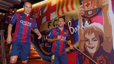 Iniesta y Alba se dirigen al césped del Camp Nou, seguidos de Piqué y Busquets.
