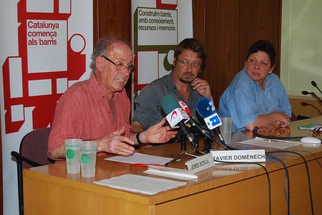 De izquierda a derecha, el urbanista Jordi Borja, el historiador Xavier Domènech y la activista Gabriela Serra.