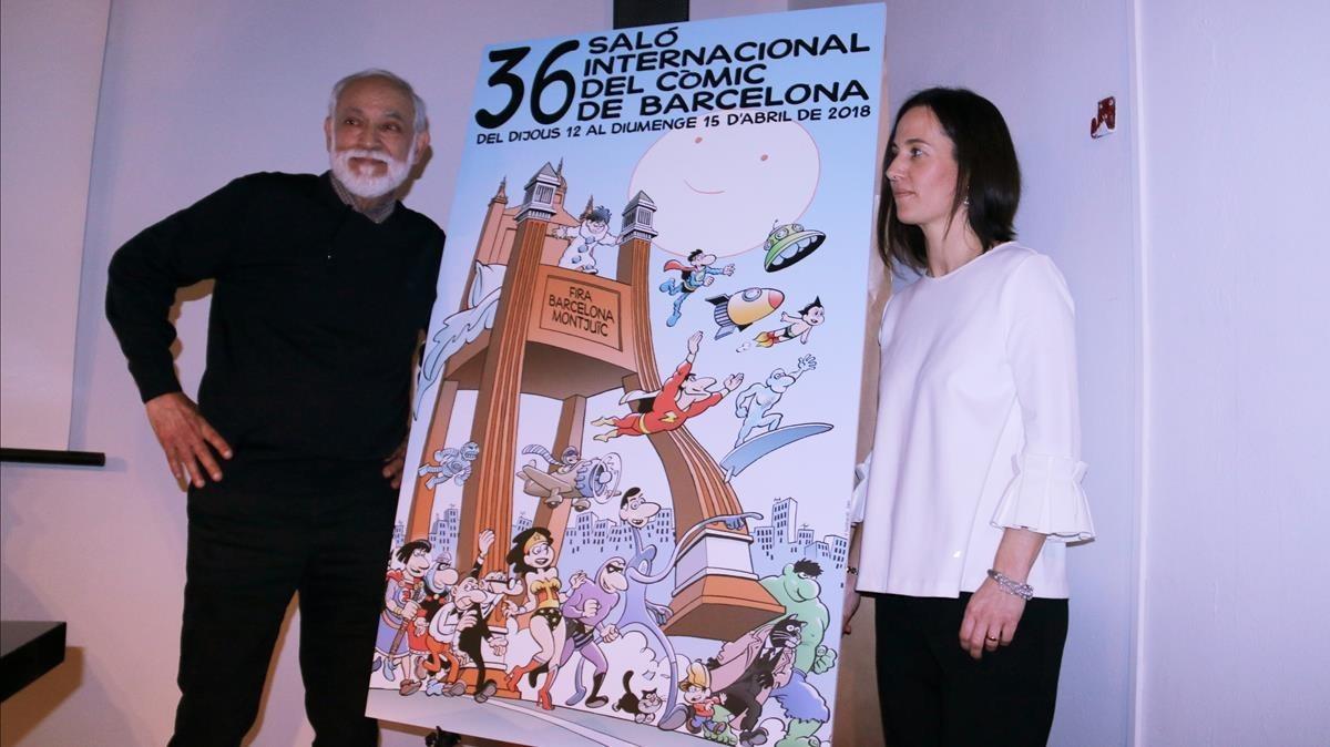 Jan, junto al cartel del próximo Salón del Cómic de Barcelona, obra suya, y la directora del festival, Meritxell Puig.