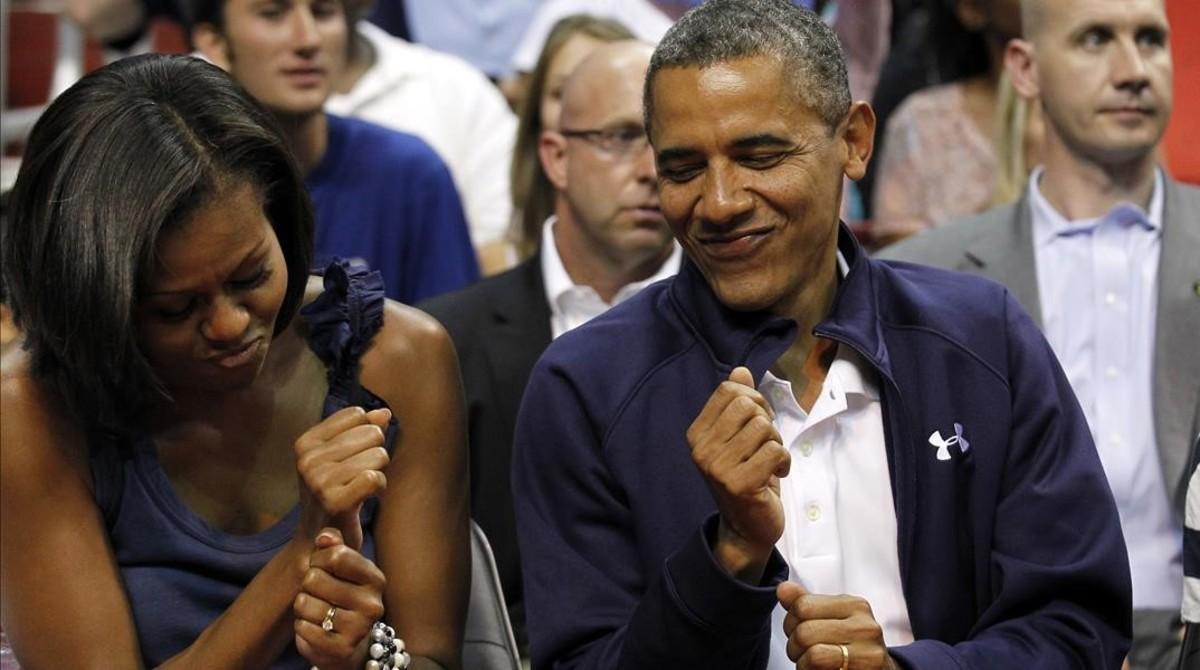 Barack Obama, con su mujer, Michelle, bailando en una exhibición de basquet del equipo de EEUU.