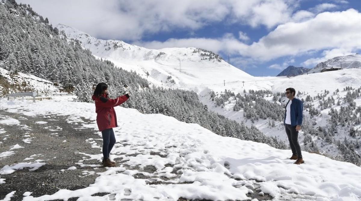 Una pareja se fotografía en la nieve en La Bonaigua.