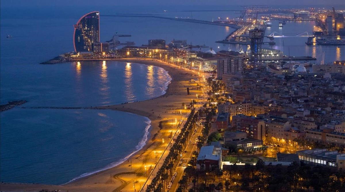 Anochecer en el litoral barcelonés. La luz se proyecta sobre el mar.