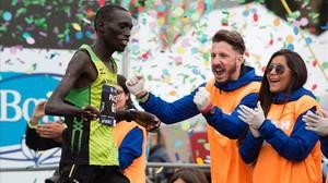 Jonah Kipkemoi al cruzar la línea de meta del maratón.