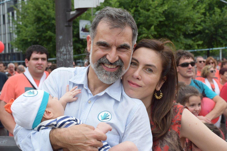 Jordi Cuixart, con su mujer y su hijo, en la foto que ha compartido en Twitter.
