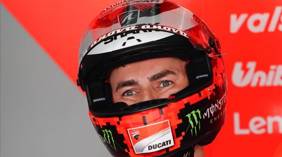 Jorge Lorenzo (Ducati), en Sepang (Malasia), poco antes de salir hoy a pista.