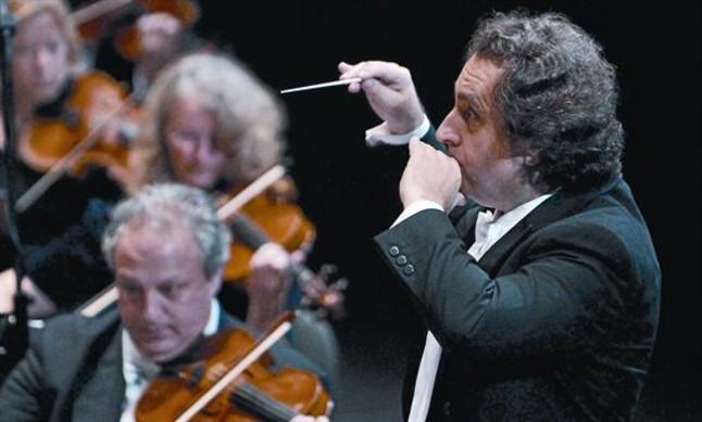 Josep Pons, en un concierto con los músicos de la su orquesta, la Simfònica del Gran Teatredel Liceu.