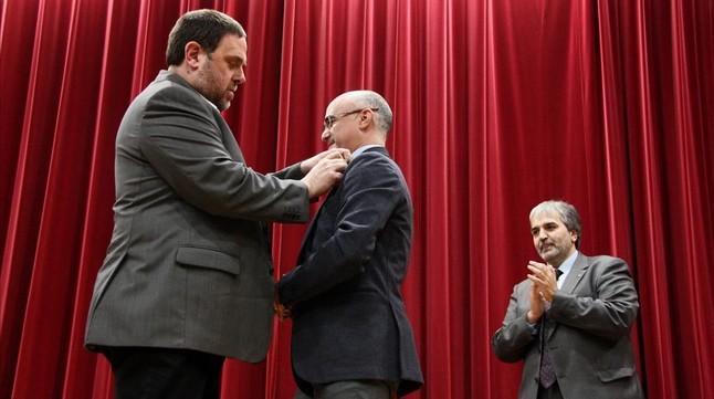 El vicepresidente Oriol Junqueras coloca la insignia de la Generalitat al nuevo delegado del Govern en Tarragona, Òscar Peris.