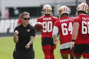Katie Sowers, la primera entrenadora en llegar a una Super Bowl, durante el entrenamiento de los 49ers
