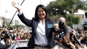 Keiko Fujimori saludódespués de votar en un colegio electoral de Lima.