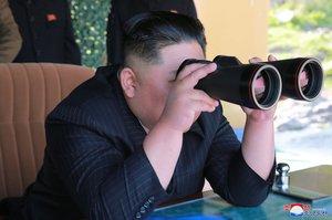 EPA2769 COREA DEL NORTE 10 05 2019 - Fotografia cedida por la Agencia de Noticias Central de Corea del Norte KCNA que muestra al lider de la Republica Popular Democratica de Corea Kim Jong Un mientras observa un simulacro de ataque de unidades militares ayer jueves en un lugar no revelado Corea del Norte EFE KCNA SOLO USO EDITORIAL