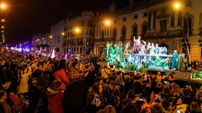 Las cabalgatas de Reyes reparten ilusión por toda España. En la foto, la cabalgata de Barcelona.