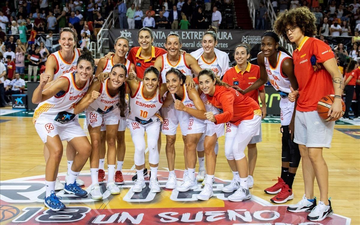 Las jugadoras de la selección posan tras el torneo de preparación de Cáceres