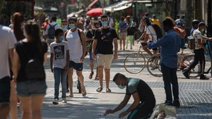 Ambiente en la LaRambla, en Barcelona, el mediodía de este sábado.