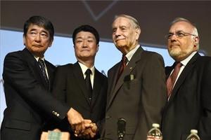 L'assessor especial del primer ministre del Japó i el representant de Mitsubishi Motors s'estrenyen la mà amb James Murphy, expresoner de guerra nord-americà, durant l'acte que va tenir lloc diumenge a Los Angeles.