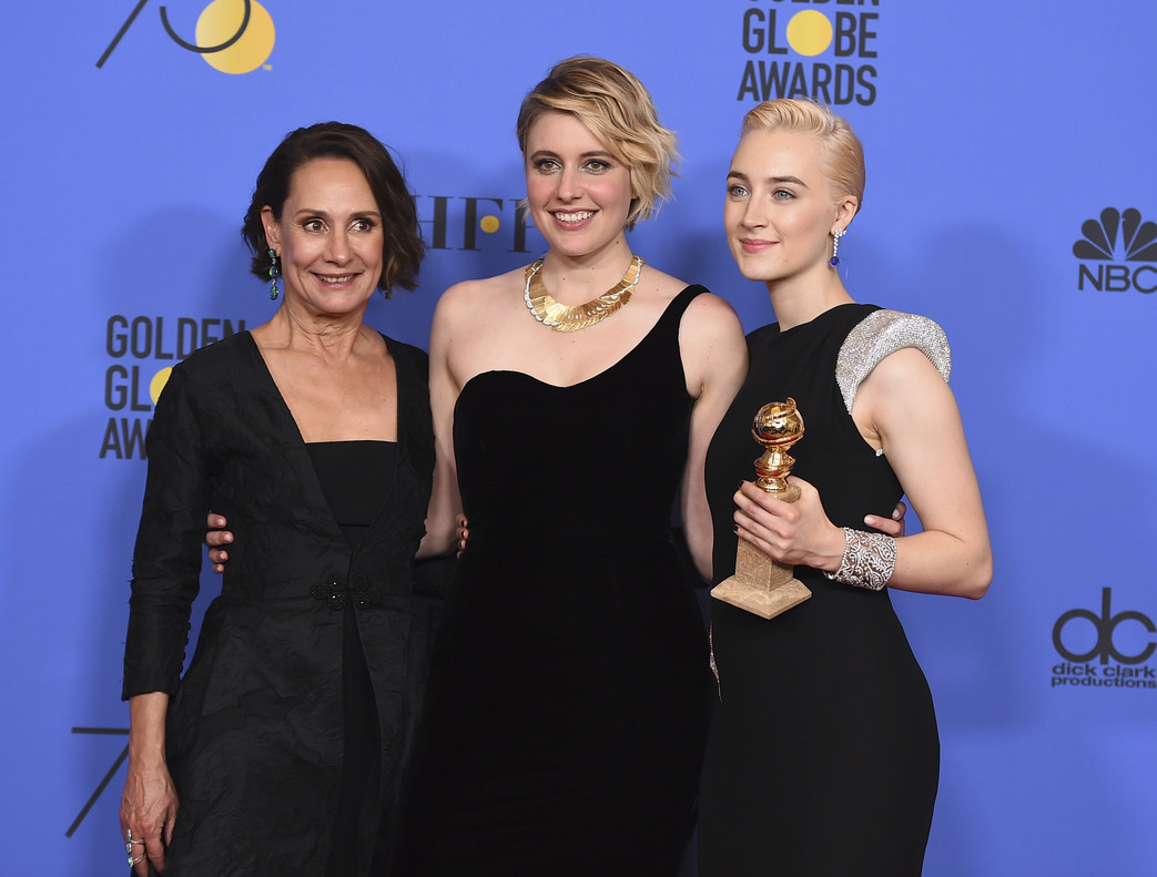Laurie Metcalf, Greta Gerwig y Saoirse Ronan, con el Globo de Oro a Lady Bird.