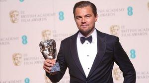 Leonardo Di Caprio con un Bafta en el 2016.