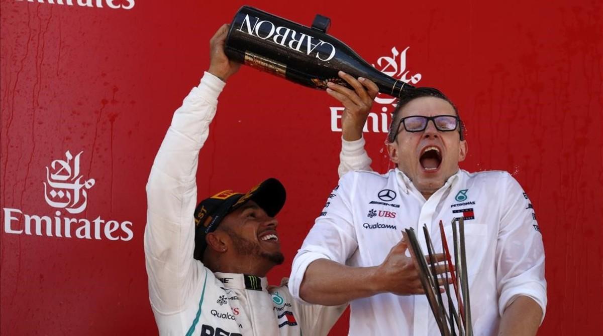 Lewis Hamilton ducha con champaña a su ingeniero Peter Bonnington, en el podio de Montmeló.