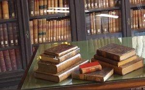 Los libros recuperados por los Mossos.