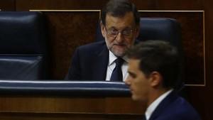 El líder de Cs, Albert Rivera, pasa por delante del presidente del Gobierno, Mariano Rajoy, en el Congreso de los Diputados.