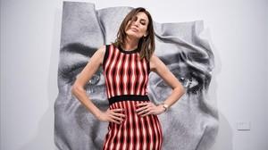 La modelo Nieves Álvarez posa con la fotoescultura hecha con su rostro en la galería barcelonesa recién abierta.