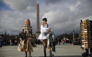 Invitadas al desfile de Dior en la plaza de la Concordia, el 25 de febrero.