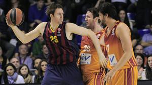 Lorbek, frente a Macvan y Akyol, durante el Barça-Galatasaray.