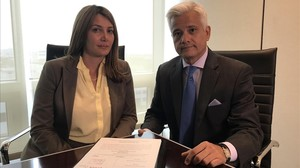 Los abogados que tramitan la demanda en Miami, Marcella Roukas y Fernando Bobadilla.