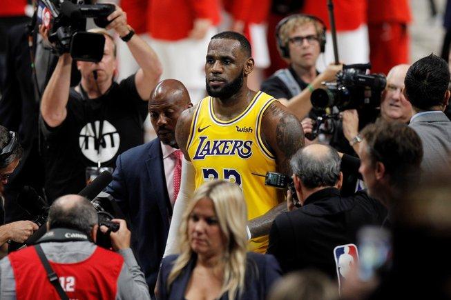 SDX24. PORTLAND (ESTADOS UNIDOS), 19/10/2018.- El jugador de los Lakers de Los Ángeles LeBron James abandona el campo de juego tras el partido de la NBA disputado contra los Trail Blazers de Portland en el Moda Center en Portland (Estados Unidos) el 18 de octubre de 2018. EFE/ Steve Dipaola PROHIBIDO SU USO A SHUTTERSTOCK