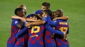 Los jugadores del Barça felicitan aClément Lenglet tras marcar el primer gol contra el Nápoles, este sábado en el Camp Nou.