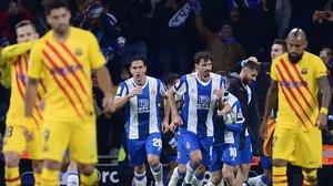 Los jugadores del Espanyol celebran el segundo gol, obra de Wu Lei, que supuso el empate ante la desolación de los jugadores del Barça.