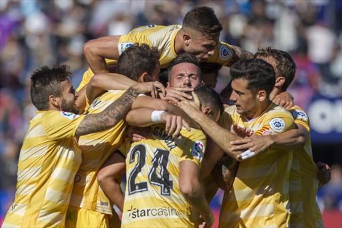Los jugadores del Girona celebran uno de los goles al Levante, ayer en el Ciutat de València.