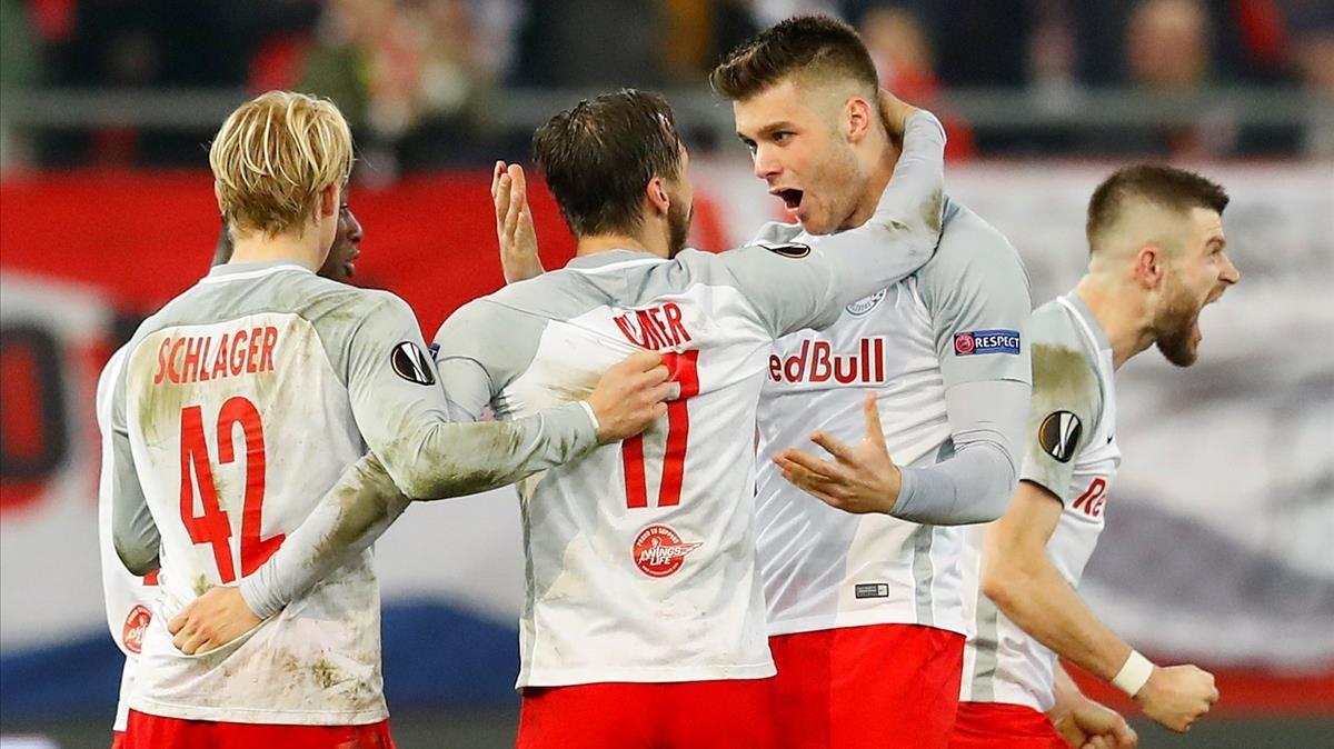 Los jugadores del Red Bull Salzburgo celebración su clasificación en la Europa League ante el Dortmund.