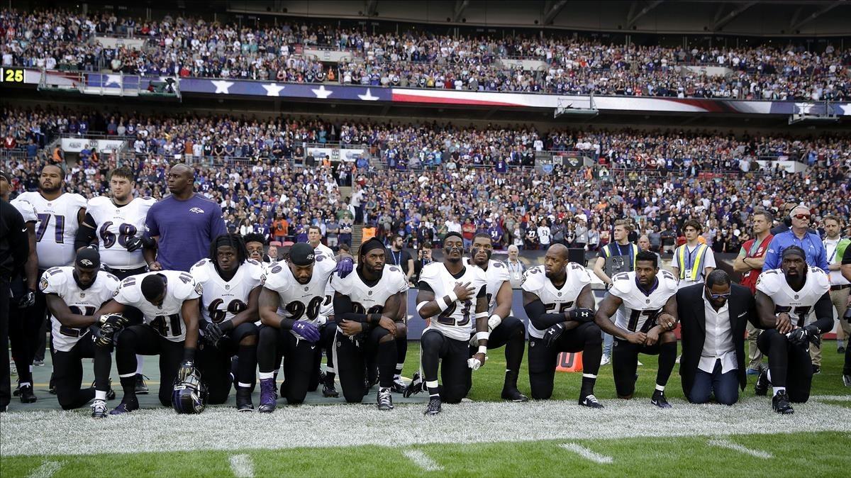Los jugadores de los Baltimore Ravens, arrodillados antes de un partido contra los Jacksonville Jaguars.
