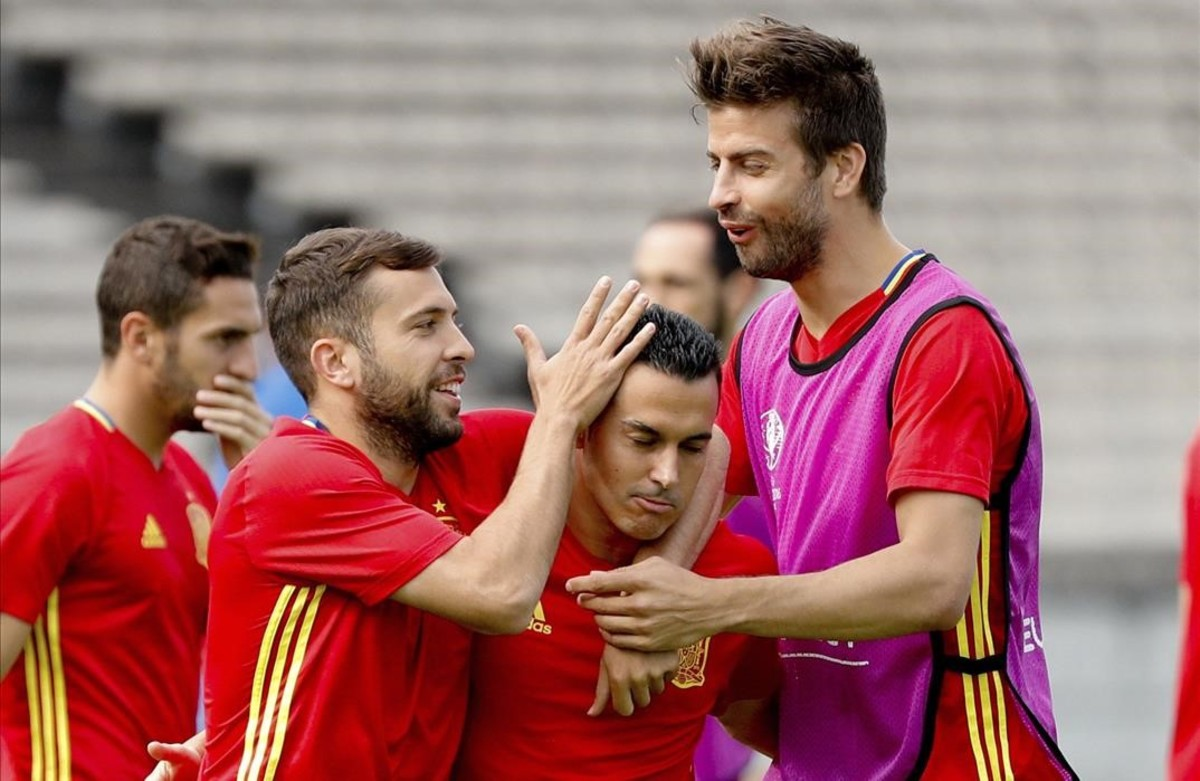 Los jugadores de la selección ,Jordi Alba, Pedro Rodriguez y Gerard Piquédurante el entrenamiento en el Estadio Jacques Chaban-Delmas de Burdeos.