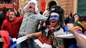 Los seguidores rusos celebran la victoria inesperada ante España.