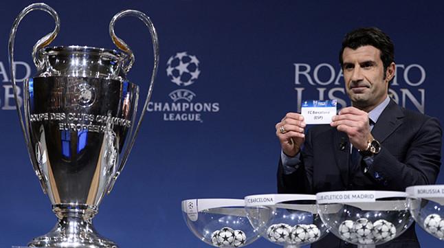 Luis Figo muestra la papeleta con el nombre del FC Barcelona, rival del Manchester City en octavos de la Champions.
