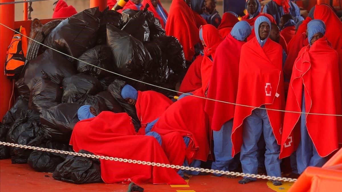 Inmigrantes rescatados en el mar y llevados al puerto de Málaga, el pasado mes de diciembre.