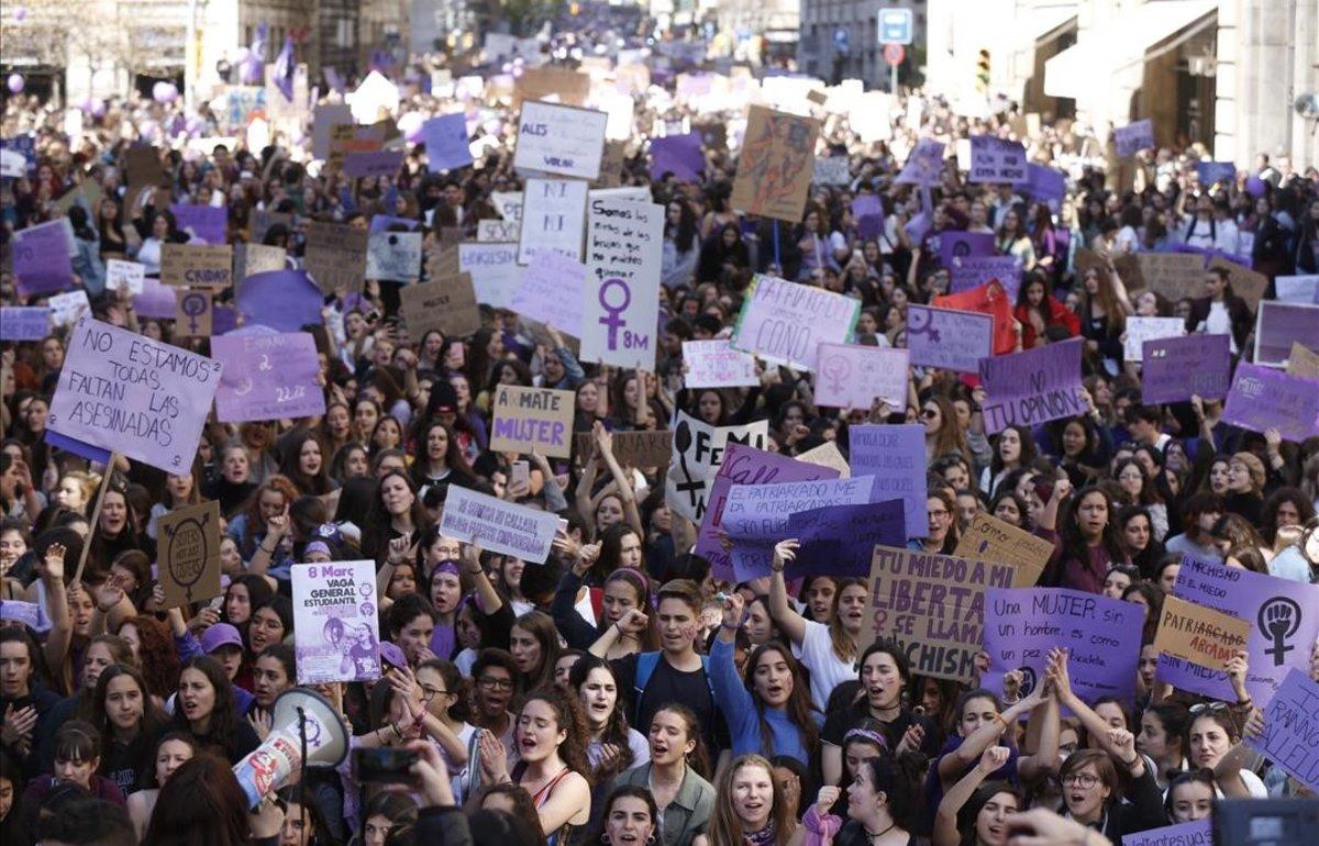 La manifestación de estudiantes el 8M en Barcelona, a su paso por Via Laietana.