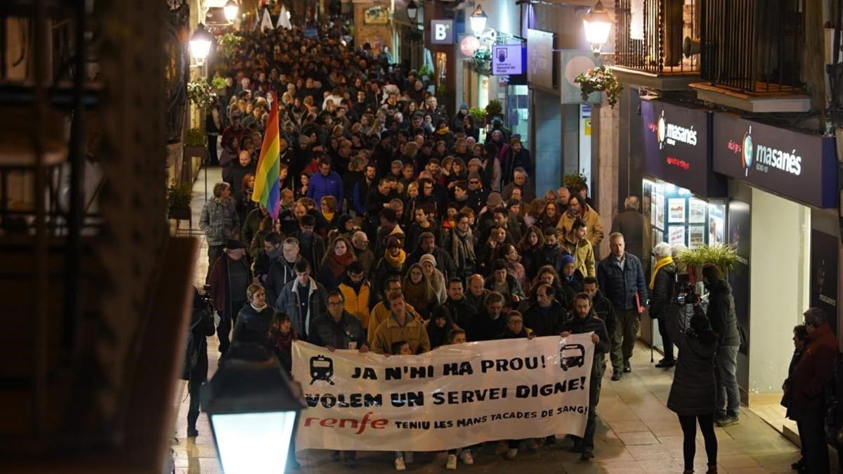 Manifestación por la precariedad del servicio de renfe tras el accidente de Castellgalí, este lunes en Manresa.